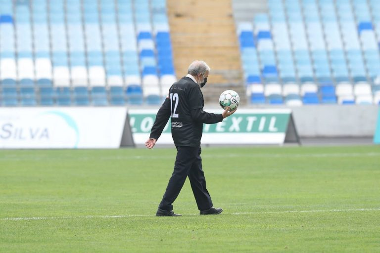 jorge condorcet segura bola no estádio cidade de coimbra